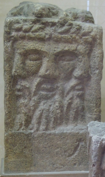 Bestand: Autel tricephale MuseeStRemi Reims 1131a.jpg